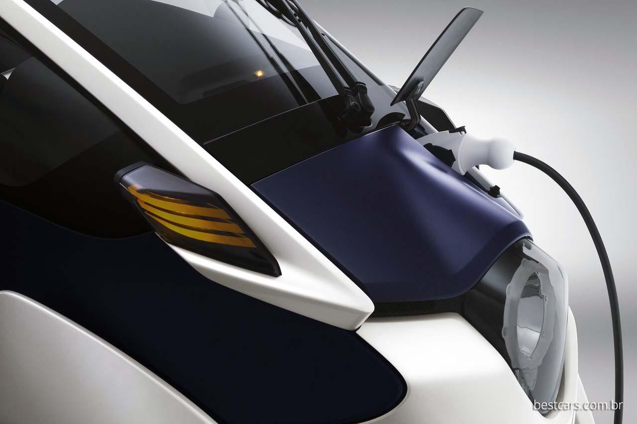 O i-Road é um carro elétrico com autonomia de 50 km.