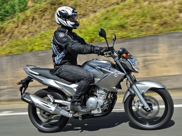 O preço da Yamaha Fazer com motor flex é de R$ 11.690 e o modelo é vendido nas cores prata e preta.