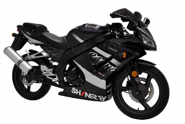 Esta moto conta com rodas de liga leve e tanque de combustível com capacidade para 16 litros de combustível.